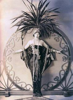 Vintage Cars I always love how these dames wear these ten foot tall headdresses like they don't have to squish down to fit into a car! Vintage Beauty, Vintage Glamour, 1920s Glamour, Mode Vintage, Vintage Love, Wedding Vintage, Vintage Photographs, Vintage Photos, Mode Bizarre