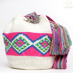 Cabo Wayuu Mochila bags are intricate in their designs, can take approximately 18 days to weave. Hand Woven Strap using woven one thread. Handmade in South Crochet Tote, Crochet Purses, Love Crochet, Diy Crochet, Tapestry Crochet Patterns, Tapestry Bag, Knitted Bags, Purses And Bags, Hand Weaving