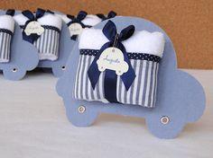 Lembrancinha Toalhinha de Mãos com exclusiva embalagem no formato de carrinho!    --- Listra azul marinho com jeans ---    A placa carrinho mede 17 x 13 cm de diâmetro e é feita em papelão revestido em tecido, possui verso branco.  Toalhinha tem as dimensões aproximadas de 40 x 20 cm, é aveludada...