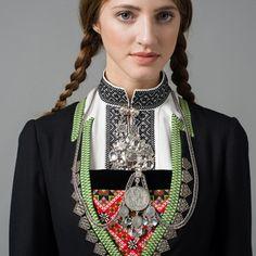 Bringeduk og sølv fra vinterbunad Hardanger Folk Fashion, Nordic Fashion, Art Populaire, Hardanger Embroidery, Folk Costume, My Heritage, Nordic Style, Costumes For Women, Scandinavian Design