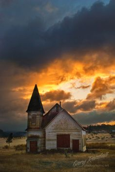 Simnasho, Warm Springs Reservation, Oregon, USA. Old Churches, Old Country Churches, Church Building, Abandoned Buildings, Old Buildings, Abandoned Places, Chapelle, Old Barns, Oregon Usa