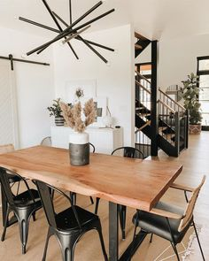 These gorgeous kitchen nooks and dining areas will inspire your family to share dinner together at home every single night. Minimalist Dining Room, Minimalist Kitchen, Kitchen Nook, Home Decor Kitchen, Bar Kitchen, Kitchen Dining, California Decor, California Style, Dining Area Design