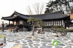 한국집) 단열만 보강하고 옛 모습 그대로 지은 전통한옥 Japanese Home Design, Japanese House, Japanese Architecture, Architecture Old, Modern Contemporary Homes, Traditional House, Korean Traditional, Asian Design, Environmental Design