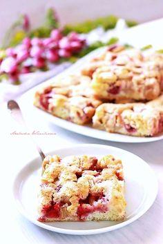Szwedzkie ciasto z rabarbarem i truskawkami