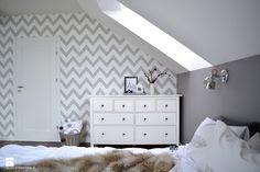 Zimowa stylizacja sypialni - dom pod Krakowem - Średnia sypialnia małżeńska na poddaszu, styl skandynawski - zdjęcie od STABRAWA.PL - pozytywny design