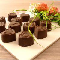 ...Quando ho detto che a Giuseppe avrei fatto dei cioccolatini per San Valentino... intendevo proprio dire che li avrei fatti!!! Vediamo l'attrezzatura che ho usato: - uno stampino per 14 cioccolatini (o anche da ghiaccio) in silicone - un tarocco, si tratta di una spatola in plastica che in genere si usa in pasticceria. Se…