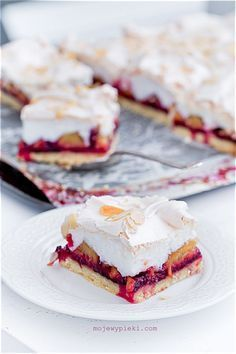 Brittle almond cake with plums and meringue