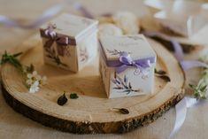 Szatén szalagos masnival díszített, levendula mintás, dobozos esküvői meghívó. A tetőt levéve szétnyílik a dobozka és belül olvasható a meghívó szövege. #esküvőimeghívó #meghívó #kreatívcsiga #weddinginvitation #wedding #invitation #levendula #levendulásmeghívó #lavender Place Cards, Place Card Holders, Pink, Pink Hair, Roses