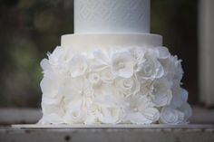 Lots of wafer paper flowers tutorials - cake by Hey There Cupcake Round Wedding Cakes, Elegant Wedding Cakes, Beautiful Wedding Cakes, Wedding Cake Designs, Wafer Paper Flowers, Wafer Paper Cake, Sugar Flowers, Real Flowers, Cake Design Inspiration