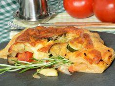 Receta | Tarta de hojaldre con verduras salteadas - canalcocina.es Quiche, Chicken, Meat, Breakfast, Recipes, Food, Drinks, Gourmet, Puff Pastries