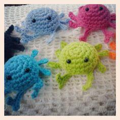 Cangrejitos #crochet #ganchillo #tejidos #artesanía #hechoenvenezuela #hechoamano #handmade #cangrejitos #crochetcrabs #talentovenezolano #amigurumi  #muñecotejido #color#coralindelmar #islademargarita #babyshower #bautizo #cumpleaños