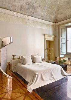 An eighteenth-century palazzo in which the sculptural furniture that Vincenzo de Cotiis designs reign by itself. Interior Design Blogs, Italian Interior Design, Home Interior, Interior Inspiration, Contemporary Design, Modern Design, Vincenzo De Cotiis, Latest Design Trends, Single Bedroom