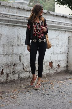Boho peasant blouse with black jeans Boho Outfits, Casual Outfits, Fashion Outfits, Boho Look, Look Chic, Moda Hippie, Hippie Chic, Love Fashion, Fashion Looks