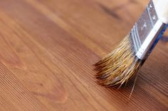 Mit Beizen werden Holztöne intensiver, allerdings gibt es bei der Verwendung von Beize einiges zu beachten. Denn nur Beizen reicht als Oberflächenbehandlung von Holz nicht aus. Wir erklären, was man noch tun muss, damit man lange etwas von den Holzmöbeln hat.
