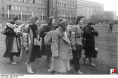 Bundesarchive Photos 1933 - all fields of WWII - Page 107 Warsaw Uprising, 1940s Woman, 1940s Hairstyles, World War Two, Wwii, Poland, Pictures, Image, Costume