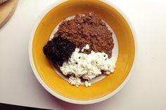 Chokladgröt med chiasylt och grynost  Chokladgröt: Koka ihop 1 dl havregryn, 2 dl havremjölk, 1 tsk macapulver, 1 tsk kakaopulver och 1 msk jordnössmör.