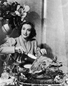 Joan Crawford carving a turkey. 21 Awesome Vintage Photos Of Celebrities Eating Old Hollywood Stars, Golden Age Of Hollywood, Vintage Hollywood, Classic Hollywood, Hollywood Glamour, Hollywood Photo, Hollywood Style, Hollywood Icons, Thanksgiving Photos