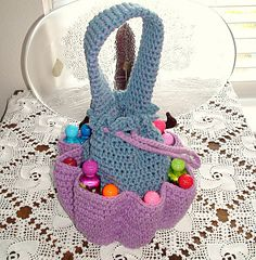Free Crochet BINGO! Bag PatternA cute inner pouch<> bag to hold all your supplies and cute holders going around to hold all your ink daubers so you ready for all the fun on Bingo Night
