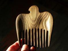 Деревянный гребень для волос «Феникс», ясень Гребешок изготовлен вручную из ясеня. Близкий нам образ птицы и пламенная структура дерева, родили этот волшебный гребень.  Зубья гребешка имеют изогнутую форму. Крылья птицы вырезаны с углублениями, за счет этого гребень очень удобно лежит в руке, он теплый и приятный на ощупь. Dremel, Carpenter, Wood Carving, Hair Pins, Wood, Wood Sculpture, Bobby Pins, Wood Carvings, Hairpin