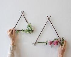 We& Obsessed With These DIY Geometric Triangle Wreaths These geometric wreaths are everything we need to start our 2017 gatherings in the right direction. Learn the steps to make this pretty project for a next-level Valentine's gesture. Diy Wand, Diy House Projects, Projects To Try, Space Projects, Mur Diy, Ideias Diy, Deco Floral, Diy Décoration, Easy Diy