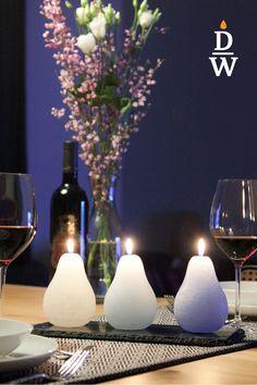 Die Kerze ist in birnenform von Hand gegossen. Die Kerze brennt nach innen und leuchtet durch den Kerzenkörper. Sie sind die perfekte Ergänzung zu Blumenarrangements, da sie geruchsneutral sind. Tiefe, satte Töne schaffen herausragende und unverwechselbare Möglichkeiten von Farbkombinationen. Brennzeit 30h je nach Verwendung und Farbe Neutral, Table Decorations, Furniture, Home Decor, Color Combinations, Flower Arrangement, Pear, Candles, Gifts