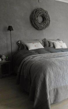 Foto: Gezellige landelijke slaapkamer in grijs. Leuke kussens en een sprei op het bed en een krans aan de muur. #krijtverf. Geplaatst door Marington-nl op Welke.nl