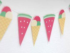 Mmh.. Wassermelone! Oder doch Eis? Wir zeigen euch in diesem DIY von Anja, wie ihr aus beiden Motiven eine tolle Wimpelkette für eure nächste Sommerparty machen könnt.