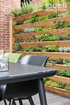 DIY: Zo maak je zelf een kruidentuin - Cottage Garden on the Rustic SideGreat idea for a wall full of edible's, salads, herbs Garden Great Ideas, Garden Inspiration, New Build Garden Ideas, Back Gardens, Small Gardens, Vertical Herb Gardens, Vertical Garden Wall, Vertical Planter, Indoor Garden