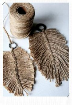DIY: Macramee feathers from jute yarn. I would use macrame cordGrande Macramé Feathers You guys are loving the addition of grey to the collection Cant wait to bring you the rest of the colours in the largest size .What about these, super large in le DIY: Yarn Crafts, Diy And Crafts, Arts And Crafts, Twine Crafts, Decor Crafts, Creation Deco, Blog Deco, Diy Projects To Try, Garden Projects