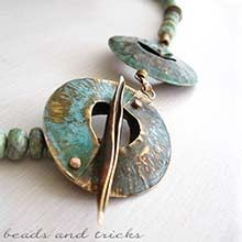 Collana con pendente in ottone similoro lavorato a foldforming, argento 925, giadeite.
