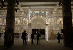 """Iluminando a entrada para a exposição Monditalia 2014, a Bienal de Arquitetura de Veneza teve uma idéia literalmente """"brilhante"""" para sua entrada"""