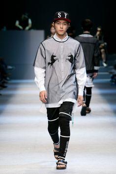 Hong Jong Hyun at Steve J & Yoni P Spring 2014 Seoul Fashion Week Korean Fashion Trends, Summer Fashion Trends, Autumn Fashion, Fashion Models, Mens Fashion, Seoul Fashion, Singer Fashion, Kim Young, Korean Model