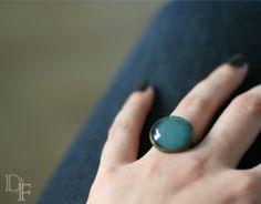 Bague colorée bleue turquoise cabochon en verre vernis. Teal turquoise ring glass cabochon. http://divine-et-feminine.com/fr/bagues/72-bague-vernis-couleur-turquoise.html