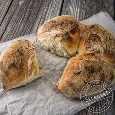 Waadtländer Kreuzbrot / Pain vaudois à la croix – Rezept von Streusel - Brot und Brötchen - kuchen Swiss Bread Recipe, Tasty Bread Recipe, Swiss Recipes, Vegan Recipes, Bread Bun, Food Decoration, Recipe Images, Bread Baking, Soul Food