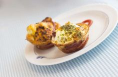 Ingredientes 4 ovos 6 fatias de pão de forma 50g de bacon em cubinhos 50g de queijo ralado ⅓ de xíca... - beornbjorn - Fotolia.com