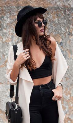 Cropped preto + calça preta + nude