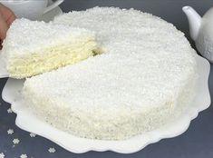 Ингредиенты: мука— 220 гр сахар— 120 гр яйца— 2 шт. масло сливочное— 30 гр разрыхлитель— 1 ч. л. соль— щепотка сливки 33%— 300 мл сметана— 160 гр шоколад белый— 100 гр кокосовая стружка— 100 гр Приготовление: Все очень просто! Яйца перетереть