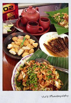 Traditional Cirebon's (West Java) cuisine: Nasi Lengko, Sate Kalong, Tahu Gejrot. ❤Copyrights Vivi Kembang Tanjoeng.