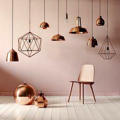home-staging-conseils-abat-jours-lampes-suspendues-en-cuivre-boule-décorative-chaise-murs-rose-poudré