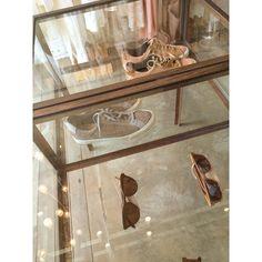 Óculos de madeira da @zerezes e tênis de tilapia da @vert_shoes são ótimas opções pra presente de natal ❤️ Hoje a gente fica por aqui até as 20h.  #flaviaaranha #naturaldye #slowfashion #design #atemporal #feitoamao #feitonobrasil