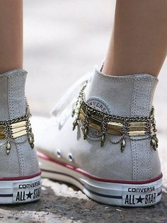 Free People Womens Delhi Anklet Set: SO amazing to wear with your Converse! Look Fashion, Fashion Shoes, Converse Fashion, Space Fashion, High Fashion, Fashion Dresses, Fashion Jewelry, Mode Shoes, Mode Boho