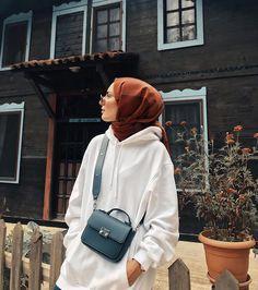 15 Easiest Scarf Shawl Binding Styles for Winter Sporty Outfits Binding Easiest scarf Shawl styles Winter Modern Hijab Fashion, Street Hijab Fashion, Muslim Fashion, Modest Fashion, Fashion Outfits, Casual Hijab Outfit, Hijab Chic, Womens Fashion Online, Latest Fashion For Women