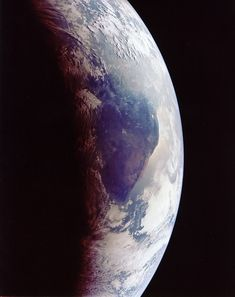Para quem gosta de verdade de Star Wars, há poucas imagens mais excitantes do que uma nave na órbita de algum planeta exótico. Melhor do que isso, só se você estiver na janelinha, e o planeta em questão for o nosso. Que o diga Neil Armstrong, autor desse clique digno da imaginação de George Lucas.