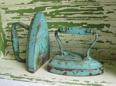 Eerste strijkijzer, werd op de kolenkachel gezet om warm te worden, later alleen voor de sier