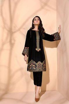 Velvet Pakistani Dress, Pakistani Dress Design, Pakistani Dresses, Stylish Dresses For Girls, Girls Dresses, Black Velvet Dress, Velvet Dresses, Long Skirt And Top, Velvet Dress Designs