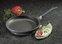 7.Naczynia tytanowe Borner charakteryzuje niezwykła wytrzymałość, dlatego też posiadają 25 lat gwarancji na zachowanie formy. Dzięki specjalnej powierzchni ceramicznej umożliwiają smażenie, pieczenie oraz grillowanie bez użycia tłuszczu. Polecamy do kuchni zarówno domowej jak i profesjonalnej.
