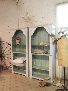 Shabby's style was born in the on the USA west coast and quickly became one of the most popular design trends. It is shown in two twin shabby chic bookcases of oak wood and recovered boards that form the back of the bookcase painted in a green shade. Shabby Chic Bedrooms, Shabby Chic Homes, Shabby Chic Style, Shabby Chic Decor, Rustic Style, Farmhouse Style, Shabby Chic Bookcase, Shabby Chic Furniture, Painted Furniture