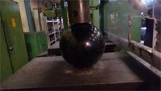 Aplastan bolda de boliche con prensa hidráulica (Vídeo)