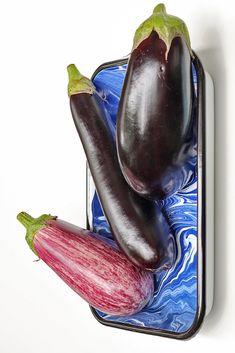 """Aubergine is mijn favoriete groenten. Toch merk ik dat het bij veel mensen nog steeds een groente is die de vraag """"wat moet ik ermee doen?!"""" oproept. Daarom wijd ik er vandaag een hele blogpost aan. Eggplant, Vegetables, Food, Veggie Food, Vegetable Recipes, Eggplants, Meals, Veggies"""
