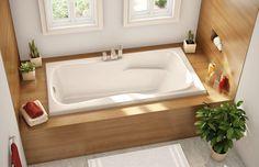 petite salle de bains avec baignoire rectangulaire encastrée et habillée de bois